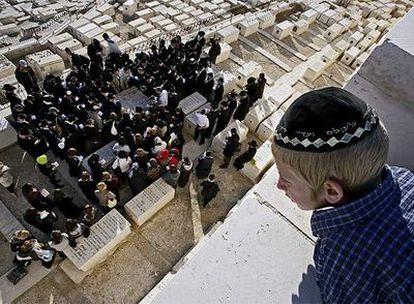Un grupo de judíos ultraortodoxos se congregan junto a la tumba del rabino Gavriel Holtzberg para conmemorar el primer aniversario de su muerte.