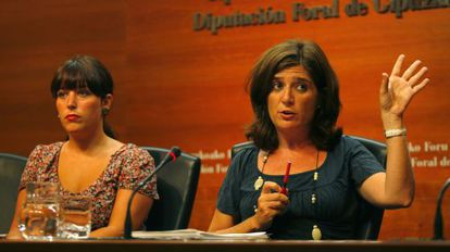 La portavoz de la Diputación de Gipuzkoa, Larraitz Ugarte (izquierda), junto a la responsable de la Hacienda foral, Helena Franco.