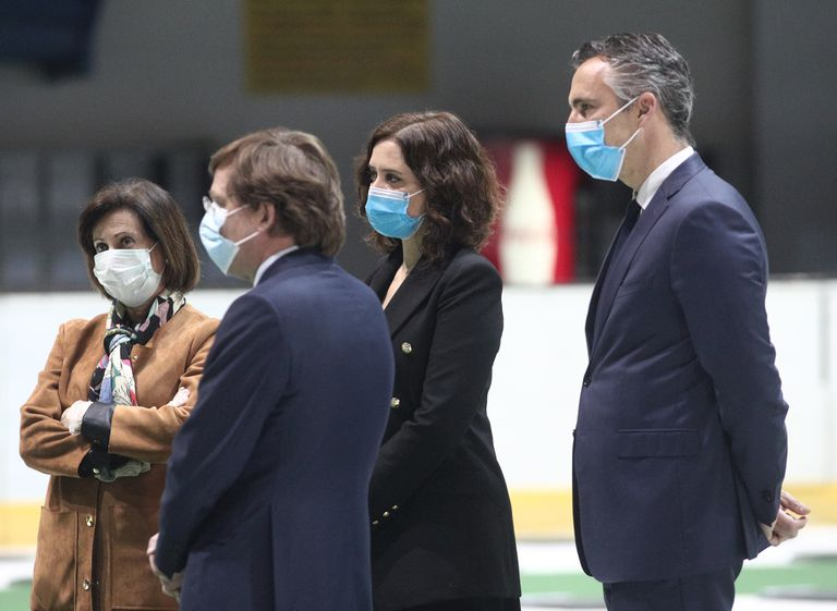 Margarita Robles con Díaz Ayuso, en la clausura de la morgue del Palacio de Hielo, el pasado 21 de abril.