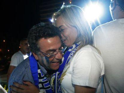 El constructor Enrique Ortiz y la alcaldesa Sonia Castedo, celebran el ascenso del Hércules a Primera en 2010.