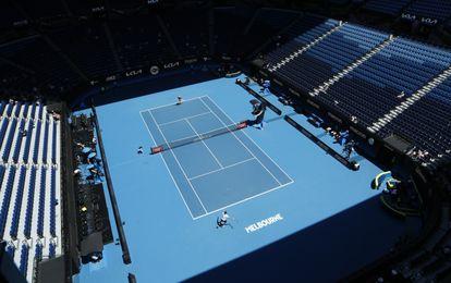 Zverev y Shapovalov, durante un partido de la ATP Cup en la Rod Laver Arena de Melbourne.