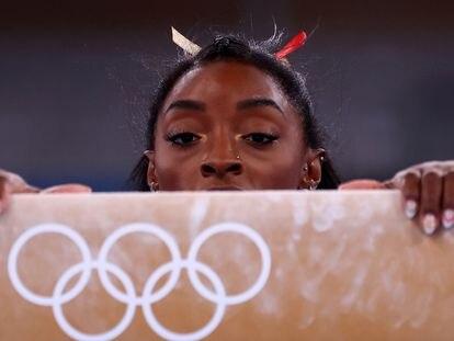 Simone Biles, en el ejercicio de la barra de equilibrio.
