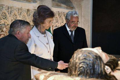 La reina Sofía, junto al secretario general de Las Edades del Hombre, Gonzalo Jiménez, y el comisario de la muestra Miguel Ángel Barbado (izquerda), durante la inauguración de la 22ª exposición de Las Edades del Hombre.