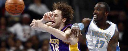 Pau Gasol pelea por un balón con Johna Petro, de los Nuggets de Denver.
