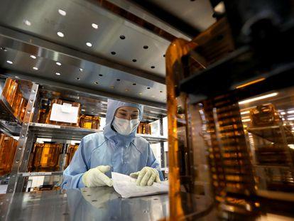 Un empleado en una planta de fabricación de microchips para pasaportes electrónicos.