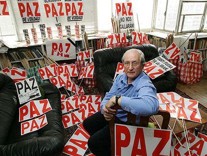 Martín Sagrera repartió el 13-M ante la sede del PP pancartas como las que regaló en otras protestas.