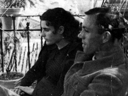 El poeta Miguel Hernández junto a su esposa Josefina.