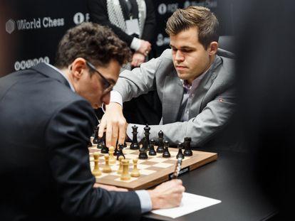 Un momento de los primeros minutos de la décima partida; Carlsen hace su jugada, y Caruana la apunta