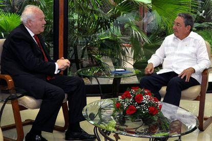 El ministro Moratinos y el presidente Raúl Castro, durante su reunión en La Habana.
