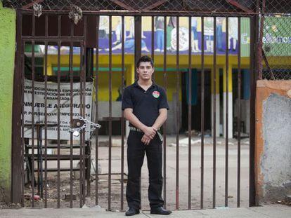 L. F. Ceniceros, mesero, creció en el albergue de Mamá Rosa.