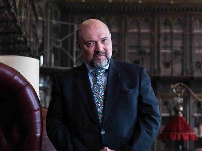 Basilio Rodriguez Cañada, autor y editor de la editorial Sial Pigmalión, en la biblioteca del Casino de Madrid.