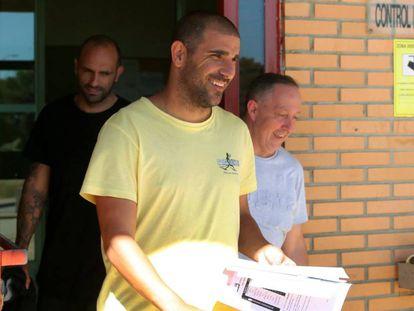 Carlos Aranda sale en mayo de la prisión de Zuera, delante de Raúl Bravo.