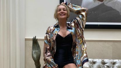 """Las increíbles piernas de una Sharon Stone """"agradecida"""" a los 62 años"""