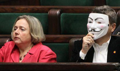El líder del partido polaco Movimiento Palikot se pone una máscara de Anonymous para protestar contra la firma de ACTA