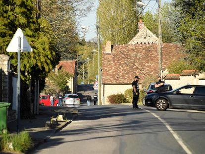 La policía francesa registra la casa donde vivía el hombre que el 23 de abril de 2021 mató con un cuchillo a una funcionaria de la policía en Rambouillet (Francia).