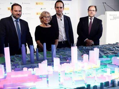 La alcaldesa de Madrid Manuela Carmena y el ministro de Fomento José Luis Ábalos, durante la presentación de la maqueta del proyecto Madrid Nuevo Norte el pasado julio.