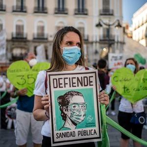 DVD 1007 (29-06-20)  Cientos de personas se han concentrado en la Puerta del Sol en defensa de la sanidad publica y bajo el lema Sanitarios Necesarios.  Foto: Olmo Calvo