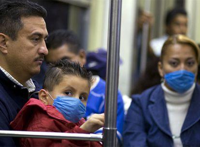 Usuarios del metro de México DF usan máscaras para evitar contagiarse de la gripe porcina.