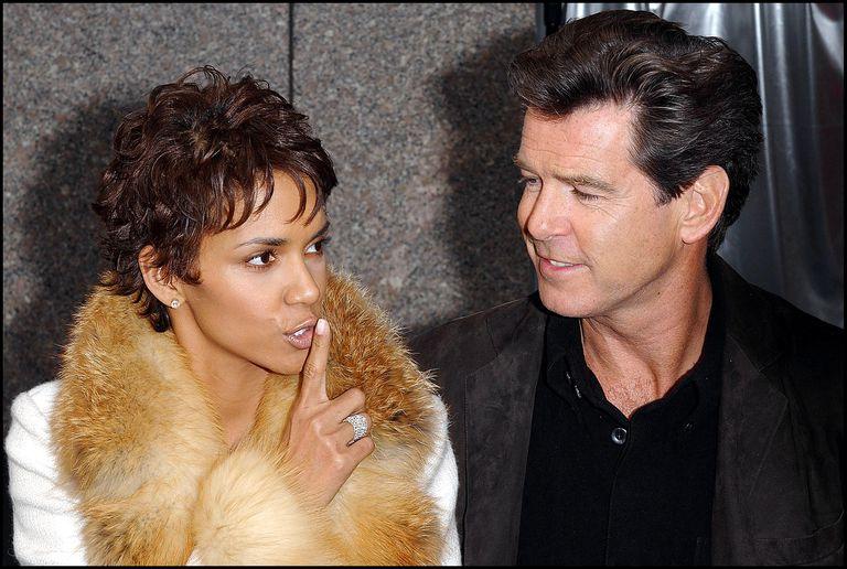 Los actores Pierce Brosnan y Halle Berry en la celebración de los 40 años de James Bond en Nueva York en 2002.