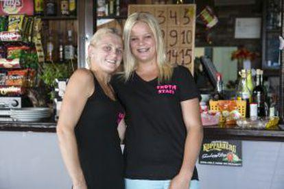 De izquierda a derecha, Kayleigh Smith y Sophie Jones en el bar que trabajan en Calpe.