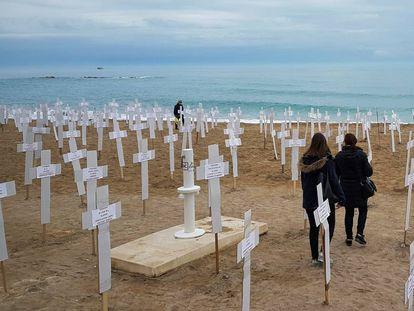 Exposición en la playa de Vinarós el pasado 8 de marzo con 731 cruces que representan a las mujeres asesinadas por violencia machista desde 2007.