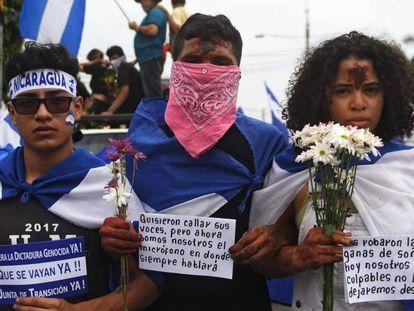 Tres jóvenes en la Marcha de las flores en Nicaragua.