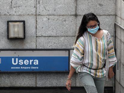 Una persona sale del metro del distrito de Usera (Madrid), este viernes.