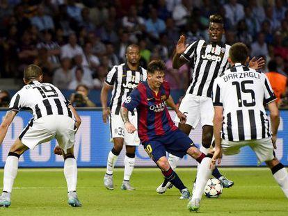 Messi controla el balón ante cuatro rivales.