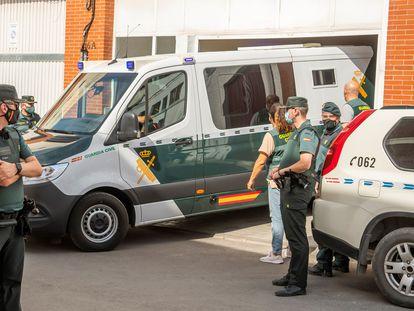 El detenido por el asesinato de Rocío Caíz en Estepa, sale de su domicilio en un furgón de la Guardia Civil tras la reconstrucción de los hechos.