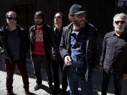 De izquierda a derecha, Florent, Julián Méndez, Banin Fraile, Jota y Eric Jiménez (Los Planetas al completo), en Granada en 2017.