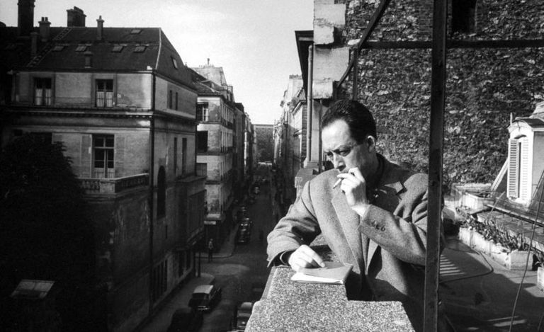 El escritor y periodista Albert Camus, asomado al balcón de su editorial, en una imagen sin datar.