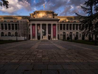 Las inmediaciones del Museo del Prado, sin gente por el coronavirus. Foto Samuel Sanchez