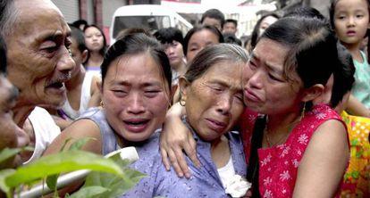 Unas mujeres lloran por el desalojo de familiares por la construcción de la presa de las Tres Gargantas en 2000.