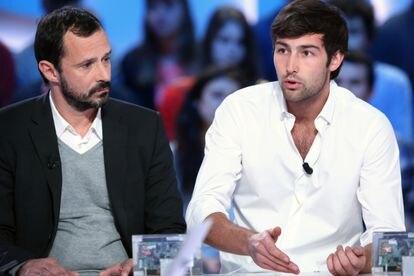 Franck-Firmin Guion (izquierda), productor del programa francés de telerrealidad 'Koh-Lanta', y el concursante Guillaume Lorans en el programa 'Grand Journal', donde hablaron de la muerte de un compañero durante la grabación.