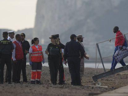 Uno de los 15 inmigrantes desciende del buque 'Audaz' en Cádiz.