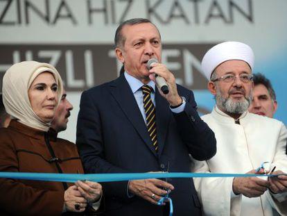 El primer ministro turco, en el centro, inauguró la línea de alta velocidad el pasado 25 de julio en Estambul