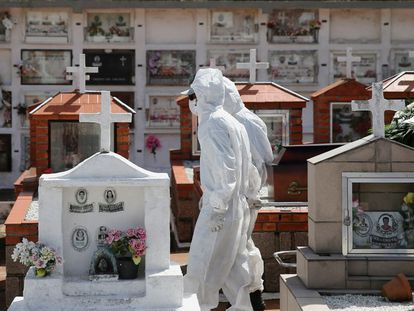 Trabajadores del cementerio de Porto Alegre llevan un ataúd durante el sepelio de una víctima de covid-19.