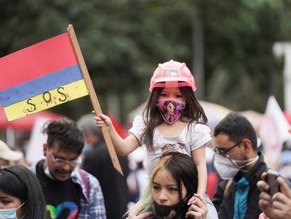 Manifestantes protestaron con la bandera de Colombia al revés durante las movilizaciones contra el Gobierno de Iván Duque.