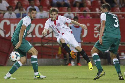 Marin lanza para marcar el segundo gol del Sevilla