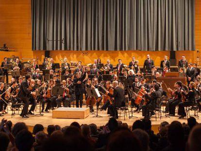 Un concierto de la OBC con su director titular, Kazushi Ono, en el Auditori.