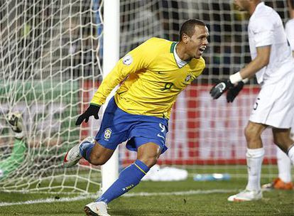 Luis Fabiano celebra su segundo gol.