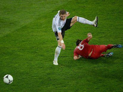 Moutinho se cruza delante de Schweinsteiger.