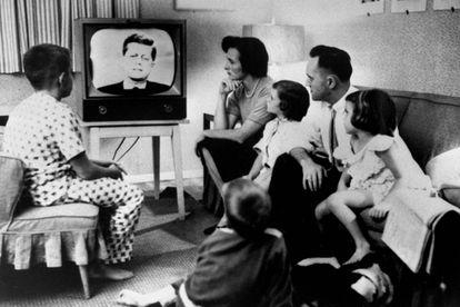 La típica familia estadounidense viendo a John F. Kennedy durante su campaña contra Nixon.