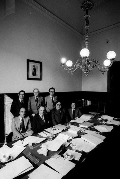 Los <i>padres</i> de la Constitución: Gabriel Cisneros, José Pedro Pérez Llorca y Miguel Herrero (de pie de izquierda a derecha). Sentados, Miquel Roca, Manuel Fraga, Gregorio Peces-Barba y Jordi Solé Tura.