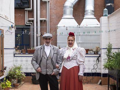 María Dolores Álvarez y José Luis Campos, vestidos de chulapos en el patio de su casa desde el que amenizan a sus vecinos.