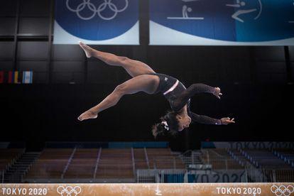Simone Biles practica un salto en el entrenamiento en el Centro de Gimnasia Ariake en Tokio.