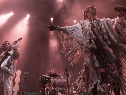 Crystal Fighters durante su concierto en el Wizink Center (Madrid), el pasado 15 de marzo. En vídeo, entrevista con el líder de la banda, Sebastian Pringle.