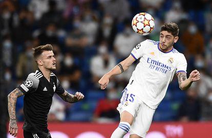 Fede Valverde (D) cabecea el balón delante de Sebastien Thill en el Real Madrid-Sheriff.