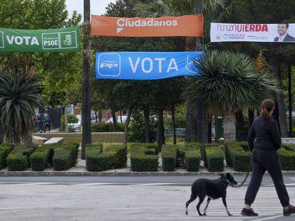 Pancartas electorales en un parque de la localidad sevillana de Bollullos de la Mitación.