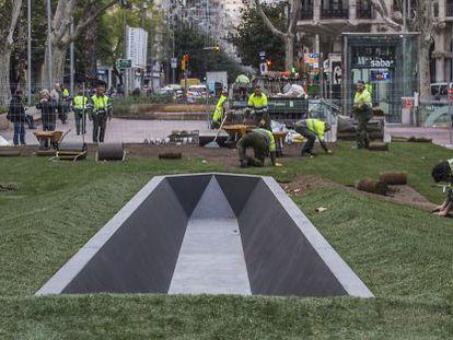 Últimos trabajos de construcción del obelisco acostado dedicado a Salvador Espriu.